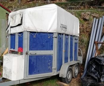 Se vende remolque para 2 caballos de matrícula roja